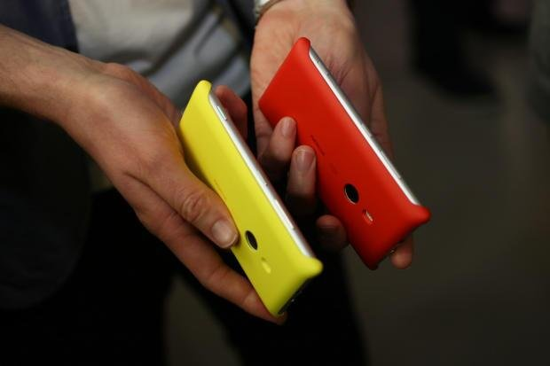 Lumia_925_charging_cover_red_yellow.jpg