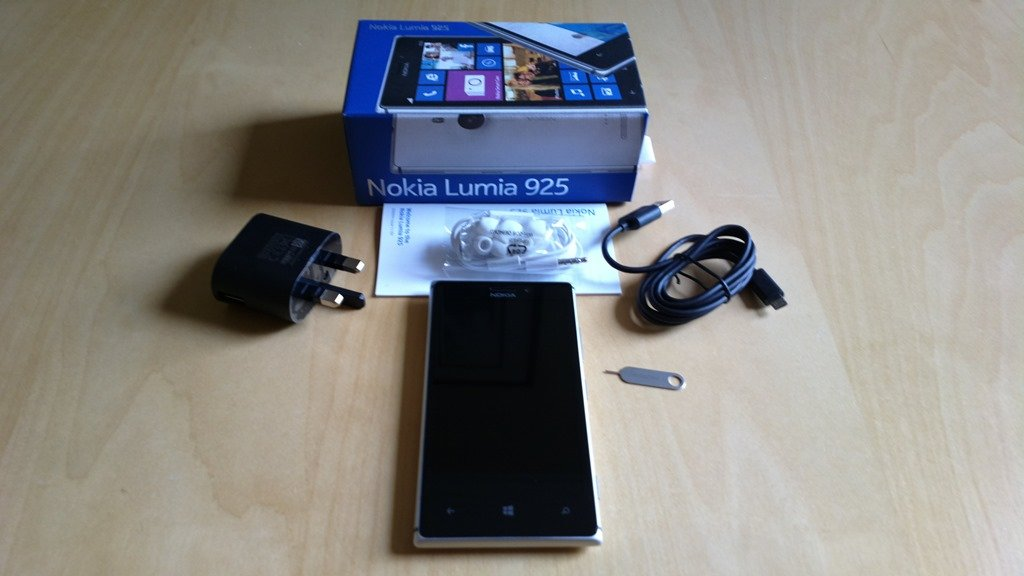 Omio-Nokia-Lumia-925-hands-on-and-unboxing-pictures-2.jpg